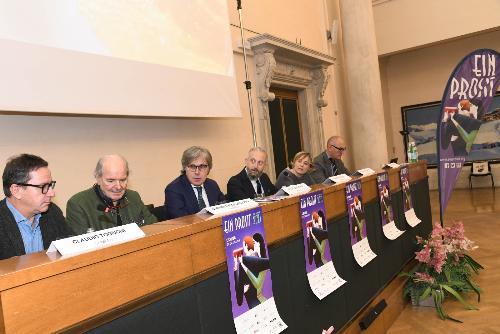 L'assessore regionale alle Attività prouttive e al Turismo Sergio Emidio Bini (al centro) alla presentazione di Ein Prosit a Udine