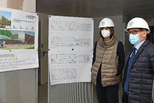 L'assessore regionale all'Università e ricerca, Alessia Rosolen, durante la visita compiuta assieme al rettore Roberto Pinton alle strutture in corso di ultimazione da parte dell'Università degli Studi di Udine.