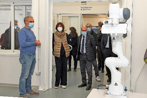 L'assessore regionale all'Università e ricerca, Alessia Rosolen, durante la visita compiuta assieme al rettore Roberto Pinton all'UniUd Lab Village.