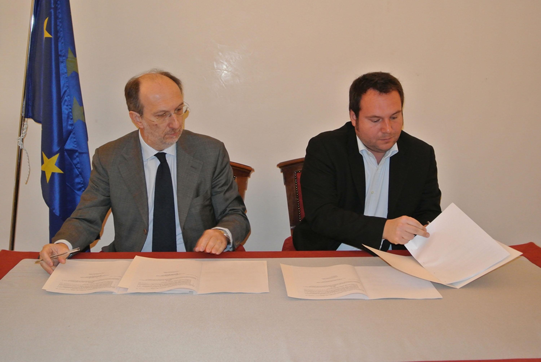 Riccardo Riccardi (Assessore regionale Infrastrutture) ed Emiliano Edera (Assessore Innovazione Comune Trieste) alla sottoscrizione del Protocollo d'intesa per lo sviluppo della Rete metropolitana a banda larga MAN/Metropolitan Area Network, in Municipio. (Trieste 06/03/13)