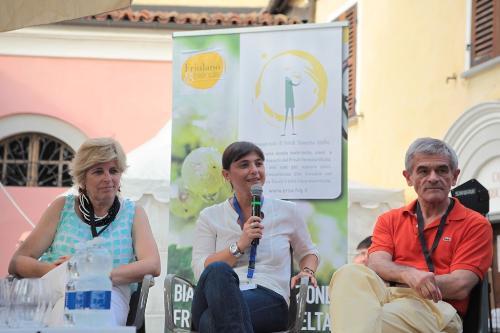 """Renata Bianco (sindaco Barolo), Debora Serracchiani (Presidente Regione Friuli Venezia Giulia) e Sergio Chiamparino (Presidente Regione Piemonte) al festival """"Collisioni 2014"""" – Barolo 20/07/2014"""