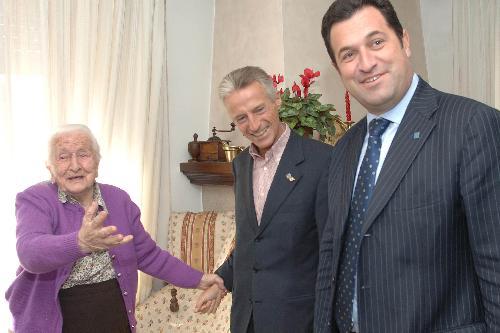 Riccardo Illy (Presidente Regione Friuli Venezia Giulia) in visita a Caterina De Paoli, nonna acquisita dell'assessore regionale Franco Iacop, insieme a Franco Iacop (Assessore regionale Relazioni internazionali, comunitarie e Autonomie locali). (Tricesimo 19/10/07)