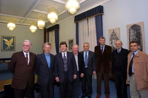 Riccardo Illy (Presidente Regione Friuli Venezia Giulia) con il comitato di San Michele al Tagliamento (Trieste, 31/03/05)
