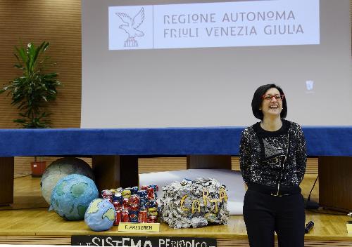 """Sara Vito (Assessore regionale Ambiente ed Energia) interviene alla cerimonia di premiazione del Concorso per le Scuole secondarie di secondo grado """"A nuova vita"""", sul tema del riciclo dei rifiuti, nell'Auditorium regionale - Udine 12/01/2015"""