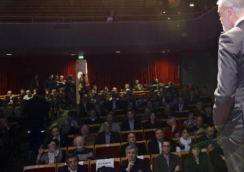 Paolo Panontin (Assessore regionale Protezione civile) illustra a sindaci e coordinatori di gruppi di volontari di Protezione civile le novità introdotte con l'attivazione del Centro Funzionale Decentrato (CFD), al Teatro Modena - Palmanova 20/03/2015