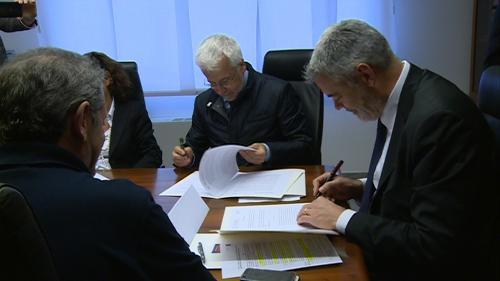 Franco Gizzi (Referente Rapporti con Protezione civile di ENEL S.p.A.) e Paolo Panontin (Assessore regionale Protezione civile) alla firma del Protocollo tra la Protezione civile della Regione e l'ENEL S.p.A. - Palmanova 19/04/2016