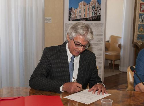 Giuseppe Sassonia (Direttore Area Agenzia regionale Lavoro) firma il rinnovo della Convenzione tra Regione FVG e Università di Trieste per la gestione dello Sportello dedicato ai Servizi per il Lavoro - Trieste 04/07/2016 (Foto UNITS)