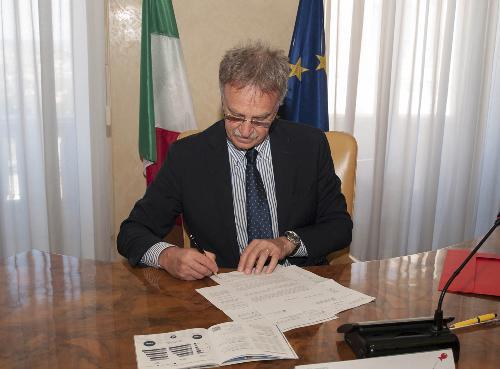 Maurizio Fermeglia (Rettore Università Trieste) firma il rinnovo della Convenzione tra Regione FVG e Università di Trieste per la gestione dello Sportello dedicato ai Servizi per il Lavoro - Trieste 04/07/2016 (Foto UNITS)