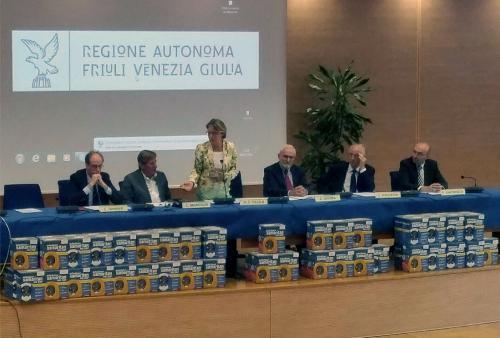 Gianni Torrenti (Assessore regionale Sport), Giorgio Brandolin (Presidente CONI FVG) e Maria Sandra Telesca (Assessore regionale Salute) alla cerimonia di consegna di 85 defibrillatori ad altrettante associazioni sportive del FVG - Udine 04/07/2016