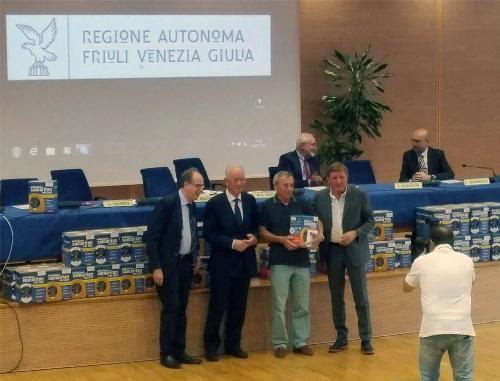 Gianni Torrenti (Assessore regionale Sport) e Giorgio Brandolin (Presidente CONI FVG) alla cerimonia di consegna di 85 defibrillatori ad altrettante associazioni sportive del FVG - Udine 04/07/2016