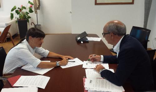 """Debora Serracchiani (Presidente Friuli Venezia Giulia) e Giorgio Simon (direttore generale AAS n.5 """"Friuli Occidentale"""") nella sede della Regione – Udine 12/08/2016"""