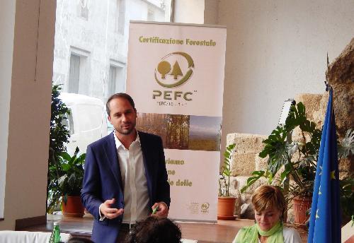 Cristiano Shaurli (Assessore regionale Risorse agricole e forestali) alla consegna del Premio Comunità Forestali Sostenibili alla vincitrice Legno Servizi di Tolmezzo, presso l'URP del Corpo Forestale dello Stato (CFS) - Roma 28/09/2016