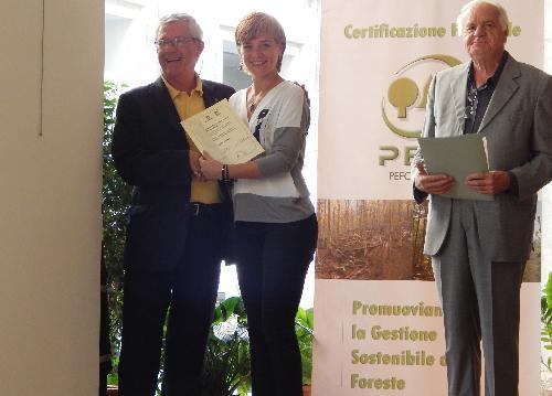Emilio Gottardo (Presidente Legno Servizi) e Rossella Muroni (Presidente Legambiente) alla consegna del Premio Comunità Forestali Sostenibili alla vincitrice Legno Servizi di Tolmezzo, presso l'URP del Corpo Forestale dello Stato (CFS) - Roma 28/09/2016