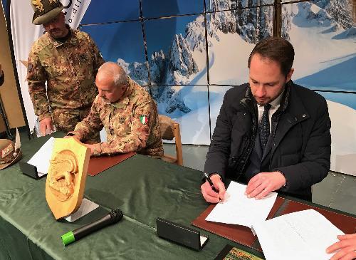 Federico Bonato (Truppe Alpine) e Cristiano Shaurli (Assessore regionale Risorse agricole e forestali, presidente AINEVA) firmano la Convenzione per il Servizio Meteomont - San Candido (BZ) 16/03/2017