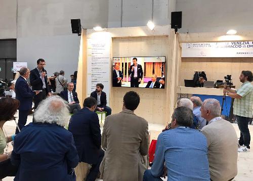 Sergio Bolzonello (Vicepresidente Regione FVG e assessore Attività produttive, Turismo e Cooperazione) nello stand del FVG al 30° Salone del Libro - Torino 18/05/2017