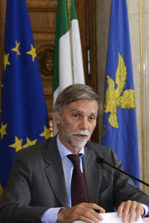 Graziano Delrio (Ministro Infrastrutture e Trasporti) alla firma del decreto per il regime di punto franco del porto - Trieste 27/06/2017