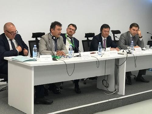Norberto Zannini (Presidente Bionet), Agostino Maio (Capodelegazione Regione FVG), Stefano Ravagnan (Ambasciatore italiano Astana), Yerlan Khairov (Viceministro Sviluppo e Investimenti Kazakistan) e Nursultan Dzhiebayev (Deputy chairman Kazakh Invest) all'Expo Kazakistan 2017 Future Energy per la firma di un memorandum d'intesa tra Bionet srl e Kazakh Invest - Astana 31/07/2017