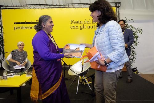 Mariagrazia Santoro (Assessore regionale Infrastrutture e Territorio) consegna il premio Dolomiti Unesco a Vandana Shiva (Scienziata ed economista indiana) a pordenonelegge - Pordenone 14/09/2017 (Foto Gigi Cozzarin)