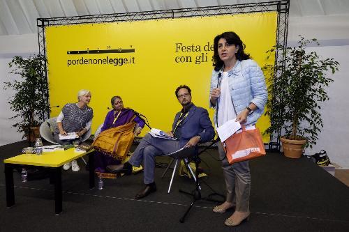 Mariagrazia Santoro (Assessore regionale Infrastrutture e Territorio) alla consegna del premio Dolomiti Unesco a Vandana Shiva (Scienziata ed economista indiana) a pordenonelegge -Pordenone 14/09/2017 (Foto Gigi Cozzarin)