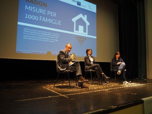 """Luca Marchesi (Direttore generale ARPA FVG) e Sara Vito (Assessore regionale Ambiente ed Energia) alla prima conferenza pubblica di presentazione del progetto """"Radon: misure in 1000 famiglie"""" - Trieste 05/10/2017"""