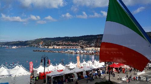 Le bandiere sul lato mare del palazzo sede della Presidenza del FVG esposte in occasione della Barcolana - Trieste 08/10/2017