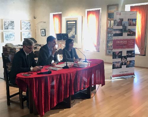 Gianpaolo Bottacin (Assessore regionale Ambiente e Protezione civile Veneto), Marcello Del Zotto (Presidente consulta d'Ambito territoriale interregionale - Catoi) e Sara Vito (Assessore regionale Ambiente ed Energia FVG) alla firma dell'intesa per la gestione interregionale del ciclo integrato dell'acqua - Sesto al Reghena 30/10/2017
