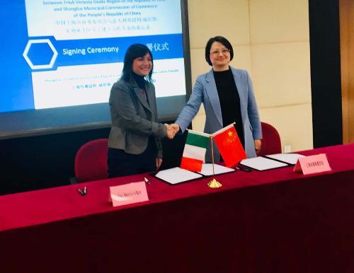 Debora Serracchiani (Presidente Regione Friuli Venezia Giulia) firma il Memorandum d'intesa tra Regione FVG e Shanghai Municipal Commission of Commerce con Zhong Xiaomin (Vicedirettrice della Municipalità) - Shanghai 06/12/2017