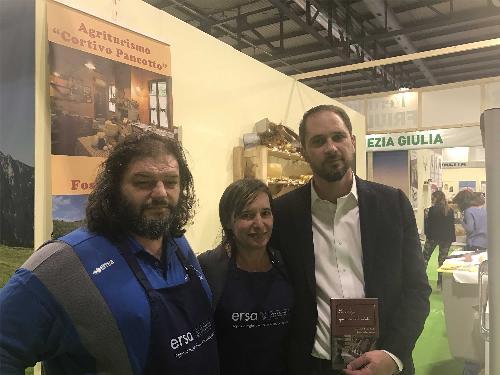 Luca Pancotto e Cristiano Shaurli (Assessore regionale Risorse agricole e forestali) nello stand del FVG ad Artigiano in fiera - Milano 07/12/2017