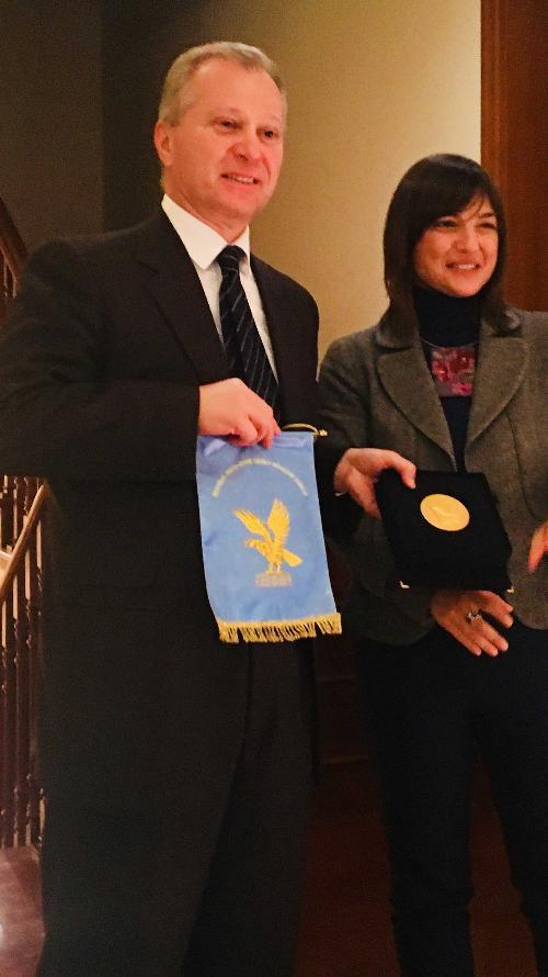Stefano Beltrame (Console generale a Shanghai) riceve la medaglia della Regione FVG da Debora Serracchiani (Presidente Regione Friuli Venezia Giulia) - Shanghai 08/12/2017