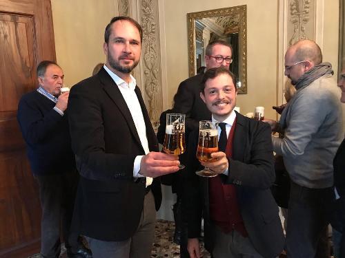 Cristiano Shaurli (Assessore regionale Risorse agricole e forestali) e Alessandro Venanzi (Assessore Attività produttive e Turismo Comune Udine)  alla conferenza stampa dedicata al rilancio della birra Dormisch - Udine 12/12/2017