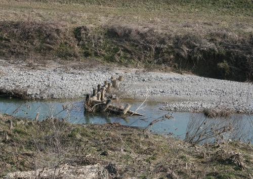 Interventi di manutenzione del torrente Versa: una briglia in legno divelta lungo il corso del torrente.