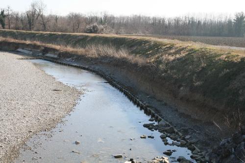 Interventi di manutenzione del torrente Versa: un tratto del torrente in cui è visibile l'erosione dell'argine.