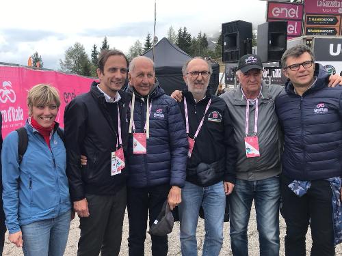 Il governatore del FVG Massimiliano Fedriga sullo Zoncolan con (da sinistra) l'assessore regionale alle Finanze e Patrimonio Barbara Zilli, il campione del mondo di ciclismo Vittorio Adorni, il vicepresidente della Regione Riccardo Riccardi, il patron della corsa rosa in Fvg Enzo Cainero e il direttore generale RCS Sport Paolo Bellino.