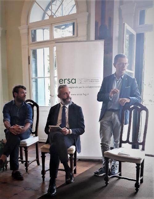 L'assessore regionale alle Risorse agroalimentari e forestali Stefano Zannier, il direttore del Messaggero Veneto Omar Monestier, l'autore del libro Nicolò Giraldi