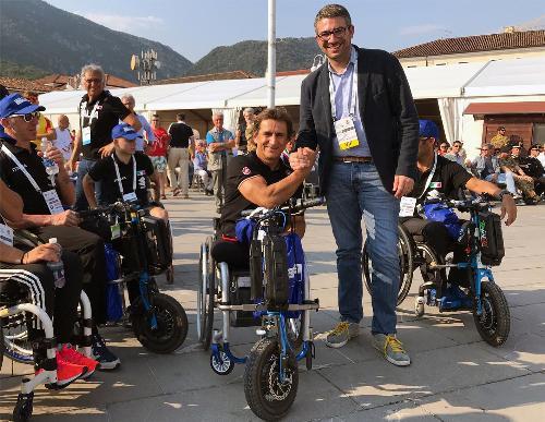 L'assessore regionale Pierpaolo Roberti con il portacolori della nazionale italiana Alex Zanardi durante la cerimonia di apertura dei mondiali di paraciclismo in corso a Maniago