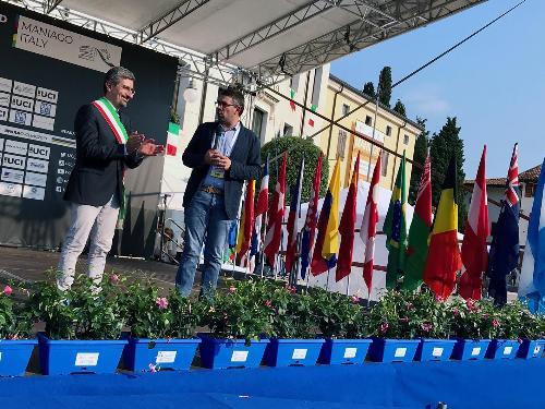 Il sindaco di Maniago Andrea Carli e l'assessore regionale Pierpaolo Roberti sul palco durante la cerimonia di inaugurazione dei mondiali di paraciclismo in corso di svolgimento nella Città del coltello