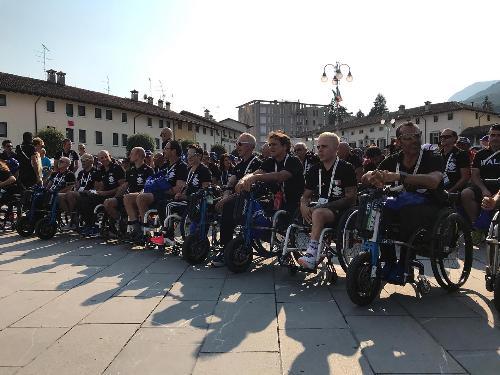 La nazionale italiana di paraciclismo schierata in piazza Italia a Maniago durante la cerimonina di inaugurazione dei mondiali di paraciclismo