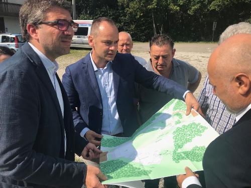 L'assessore regionale alle Autonomie locali Pierpaolo Roberti visiona il progetto del nuovo polifunzionale con il sindaco di Forgaria nel Friuli Marco Chiapolino
