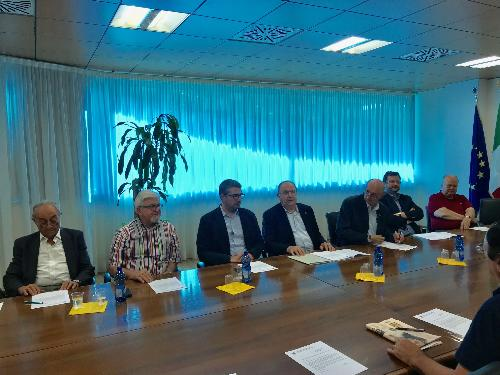L'assessore alle Autonomie Locali del Fvg Pierpaolo Roberti, a Udine, nella sede della Regione, con i membri dell'associazione sindaci emeriti del Fvg.