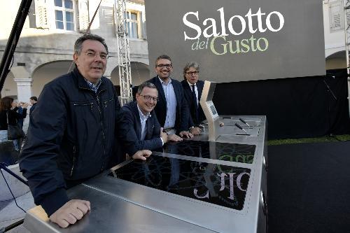Gli assessori regionali (da sin.) Graziano Pizzimenti, Stefano Zannier, Pierpaolo Roberti e Sergio Emidio Bini nel Salotto del Gusto a margine dell'inaugurazione dell'edizione 2018 di Gusti di frontiera a Gorizia.