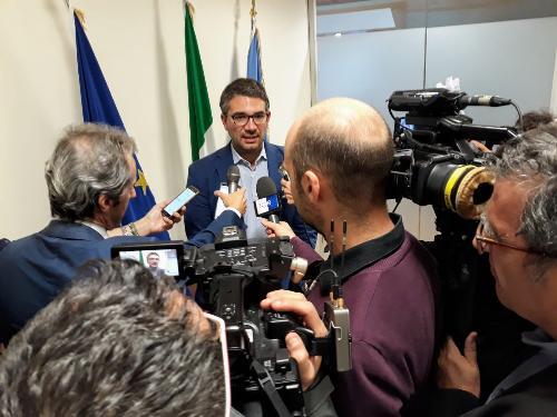 L'assessore Roberti nel corso della conferenza stampa sul ddl relativo alle Uti