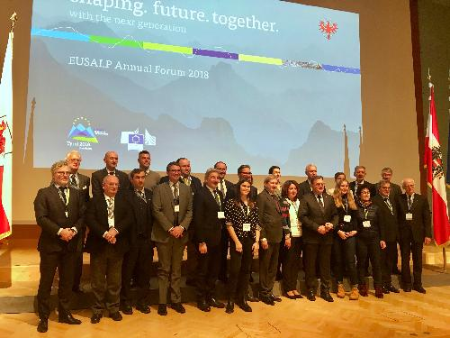 Foto di gruppo dei delegati che hanno preso parte all'assemblea generale dell'Eusalp tenutasi a Innsbruck (Austria), alla quale ha partecipato l'assessore regionale alle Politiche comunitarie Pierpaolo Roberti