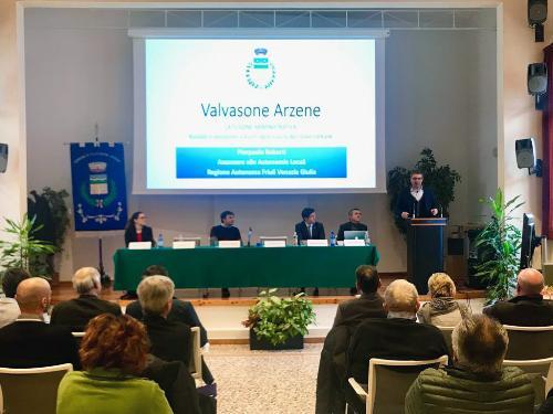 La paltea dei partecipanti al convegno dedicato al bilancio a quattro anni di distanza dalla fusione dei Comuni di Azene e Valvasone, alla presenza dell'assessore regionale alle Autonomie Locali Pierpaolo Roberti
