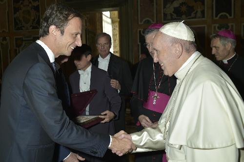 La stretta di mano tra il governatore della Regione, Massimiliano Fedriga, e il Santo Padre.