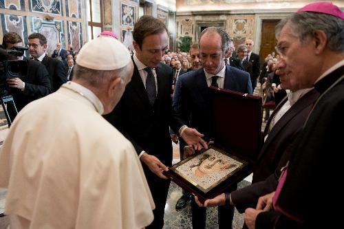 Il momento in cui il governatore della Regione, Massimiliano Fedriga, ha donato al Papa alcuni oggetti del nostro territorio, tra cui un mosaico realizzato dalla scuola di Spilimbergo, che raffigura un bassorilievo presente ad Aquileia.