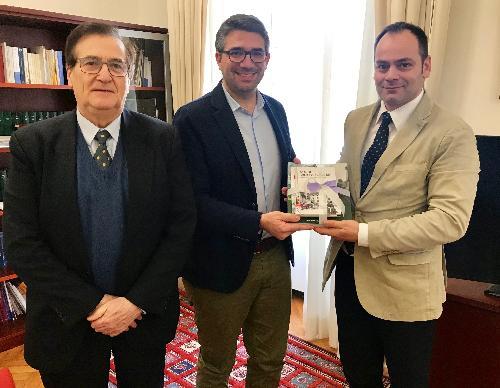 Un momento dell'incontro tra l'assessore regionale alle Autonomie locali, Pierpaolo Roberti, e i presidenti dell'assemblea e del consiglio di amministrazione del Consorzio Comunità collinare del Friuli, Marco Chiapolino (sindaco di Forgaria nel Friuli) e Mirco Daffara.