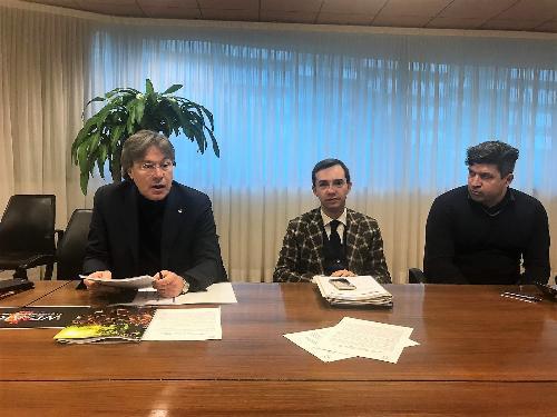 L'assessore regionale al Turismo, Sergio Emidio Bini, con il sindaco di Lignano Sabbiadoro, Luca Fanotto, al centro, e Luca Tosolini della FVG Live – Eps Italia, a destra, durante la presentazione della ricerca dell'Università di Udine sui grandi eventi - Udine, 20 dicembre