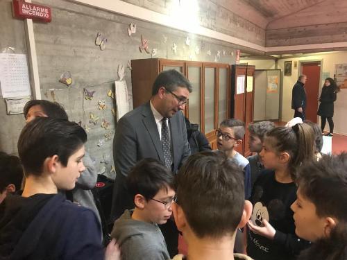 """L'assessore regionale alle Autonomie locali, Pierpaolo Roberti, con gli alunni della 1F della scuola secondaria di primo grado """"G.Bianchi"""" di Codroipo -  Codroipo, 28 gennaio 2019."""