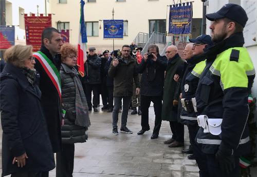 La deposizione della corona di alloro sotto la lapide presente nell'ex Provincia di Pordenone, a ricordo delle vittime delle foibe.