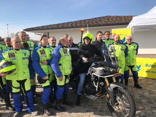 Il vicegovernatore con delega alla Protezione Civile del Fvg, Riccardo Riccardi, a Palmanova, durante la presentazione con i soci della Motostaffetta Friulana, del motoveicolo speciale per le operazioni di soccorso.